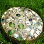 Декоративные камни для сада с мозаикой своими руками