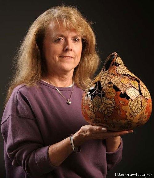 Художница Мэрилин Сандерленд со своей резной тыквой в руках
