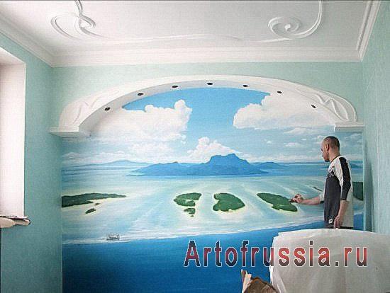 художник рисует картину прямо на стене