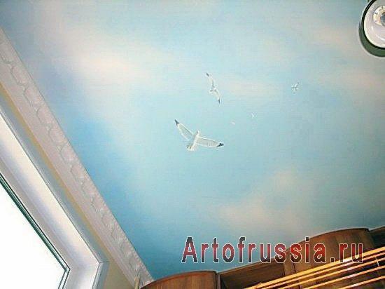 Нарисованное небо с чайками на потолке